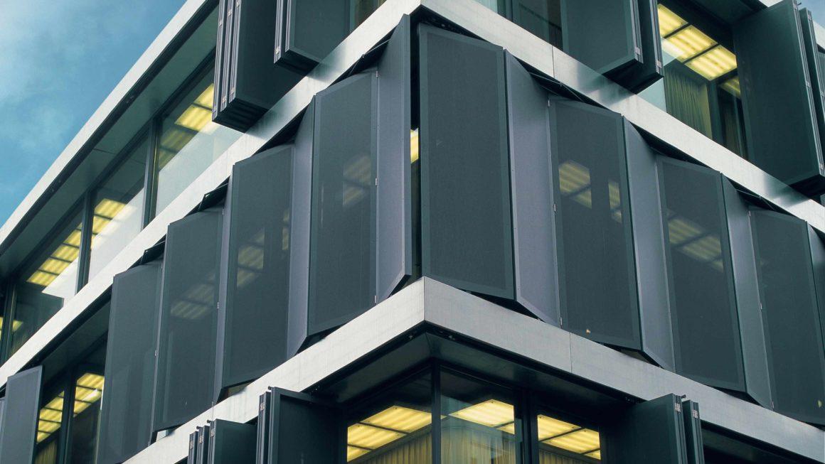 Arquitectura Sustentable: fachadas, parasoles y chapas revestidas como soluciones para el enfriamiento de ambientes internos.